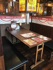 ファミリーや友人・会社の集まりにもピッタリな6名テーブル。他カップルや少人数でも利用いただける2~4名テーブル席も4席