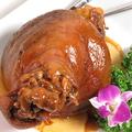 料理メニュー写真骨付き豚もも肉の醤油煮込み