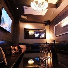 大型スクリーンとゆったりソファのラグジュアリーな空間。完全個室なので、女子会や合コン、接待の2次会やプライベートな飲み会に最適です。6名~19名様で個室のご利用できますのでお気軽にご相談下さい