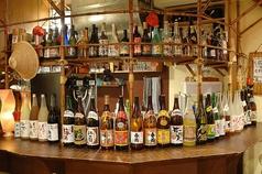 こだわりのお酒がズラリと並ぶ、自慢のドリンクカウンターです。あなたのお好みの一杯をお探しいたします。