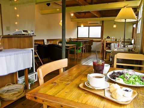 ブルーベリー畑の横にある雰囲気抜群のカフェ。ブルーベリーのスイーツがたっぷり!