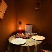 2名様用テーブル2つと4名様用テーブルが1つご用意あります。4名様用のテーブルは最大6名様でのご利用も可能ですが、その際は事前にご予約頂くようお願いします