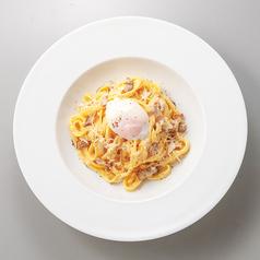 料理メニュー写真パルミジャーノチーズの特製カルボナーラ