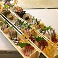 美味しい料理は器から。竹に盛られたお刺身で見た目も楽しめます。