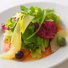 料理メニュー写真ノルウェーサーモンのマリネ サラダ添え