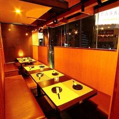 窮屈感の無いテーブル席は上野の夜景と共にご寛ぎいただけます!煌びやかに輝くネオンをアテに美味しい食事と銘酒の数々をお楽しみくださいませ。お客様のシーンに合わせたぴったりの個室をご用意させていただきますね♪