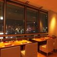 最上階ならではの夜景を一望できる開放的なテーブル席。2名様~8名様までご利用いただけます。夜景の見えるお席は大変人気となっておりますため、早めのご予約をおすすめ致します。[銀座 和食 すき焼き 肉料理 接待 個室 宴会 夜景 デート 記念日]