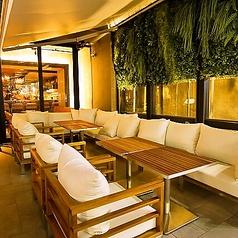 人気のテラス席は夜になるとまた違った雰囲気☆テラス席ご希望の場合は店舗にお問い合わせください。外のお席になるため雨天時は店内でのご案内になります。