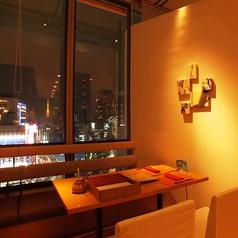 銀座の夜景が一望できるお席を完備。4名様がけのテーブルを7テーブルご用意しておりますので、デートから接待まで幅広くご使用いただけます。東京タワーも見えるマロニエゲート銀座1の最上階で極上のひとときを。[銀座 和食 すき焼き 肉料理 接待 個室 宴会 夜景 デート 記念日]