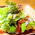 料理メニュー写真鴨とアボカドのシーザーサラダ