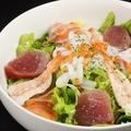 料理メニュー写真さくら特選、山かけ海鮮サラダ