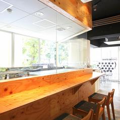 店内の奥には木製のカウンターが9席!シンプルなデザインが特徴です♪