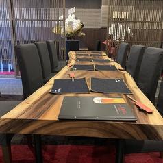 ゆったり広々テーブル席をご用意しております。少人数の女子会や仕事帰りの仲間とのサク飲みなどにもオススメ!4名様テーブル席、6名様テーブル席、10名様テーブル席があり人数に合わせてお席をご用意しますので、お気軽にスタッフまでお申し付け下さい!