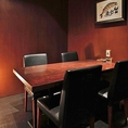 4名まで利用できるカウンター近くの個室は、おこもり感たっぷりのあたたかみある空間。四方を壁に囲まれた小さな部屋を包みこむのは、床に置かれた間接照明のやわらかな光。大切なお客様のおもてなしに最適なお部屋でございます。