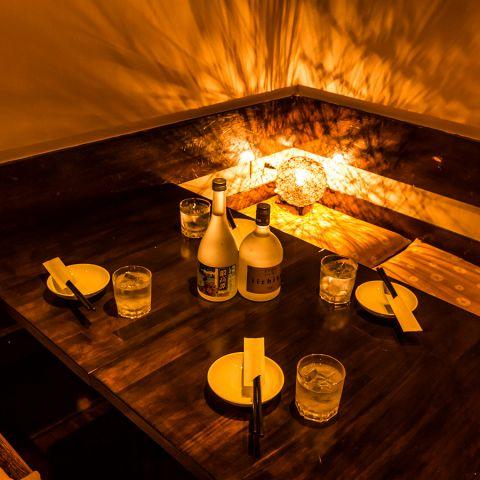 《テーブル個室20名様まで》夜景も楽しめる窓際シートをご用意いたしました。艶やかな雰囲気がゆったりとした食事を演出します♪女子会や合コン、ちょっとしたパーティーなどにおすすめです。大人数でのご利用なら、美味しいお料理をお得にお楽しみいただける宴会コースをぜひ!