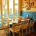 窓際の席は明るい日差しと共にランチやカフェをお楽しみ頂けます♪