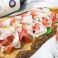 料理メニュー写真パルマ産生ハムやサラミの盛り合わせ