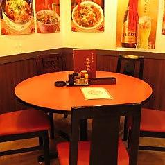 中華といえば丸テーブル!八宝菜やマーボー豆腐などのお食事をシェアしてお召し上がりいただけます。会社仲間との飲み会やご家族・ご友人とのお食事など、どんなシーンにもピッタリです♪当店で大切な方との楽しいひとときをお過ごしください。