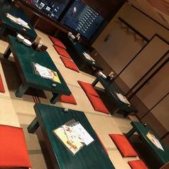 静かな雰囲気のお座敷の席です。窓からは外の景色が一望できます。最大28名様の団体様にも対応しております。お子様連れのお客様にもご利用しやすいお席でございます。