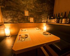 照明に照らされた落ち着いた雰囲気の中でプライベート利用におすすめのテーブル席です。