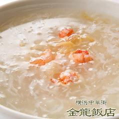 料理メニュー写真蟹肉フカヒレスープ(※写真)/五目おこげ