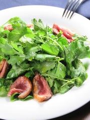 料理メニュー写真鴨ロースのパクチーサラダ