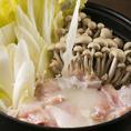 [濃厚スープがたまらない♪]12時間以上煮出したこだわりの鶏スープに、千葉県産の銘柄鶏を使用した水炊きは当店の自慢の逸品!柚子胡椒ポン酢と、野菜ソムリエが作った旨ダレでお召し上がりください。