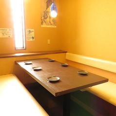 気の置けないご友人同士や職場の同僚など、少人数での飲み会にピッタリなテーブル席。飲み放題付きコースもございますので是非ご利用ください!