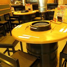 【円卓席/2~4名様】ドラム缶仕様で珍しい円卓席。焼き台を囲んでみんなでワイワイ楽しめる♪