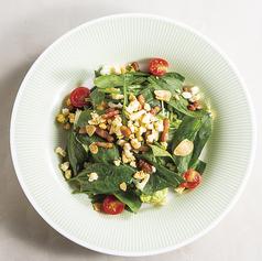 料理メニュー写真ベーコンとほうれん草のサラダ