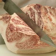 お肉を手切りしている職人