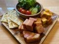 料理メニュー写真ベーコンとチーズに燻製盛り合わせ