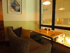 ゆったりとくつろげるソファ席は人気のお席。一面のガラス窓から、二子玉川の夜景を眺めながらゆったりとお食事をどうぞ。デートにも最適♪