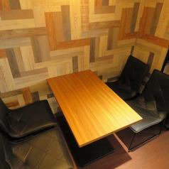 半個室用のテーブルが1席ご用意ございます。2名様~4名様まで対応可能です。ボックス席になりますので他のお客様とご一緒になることはございません。