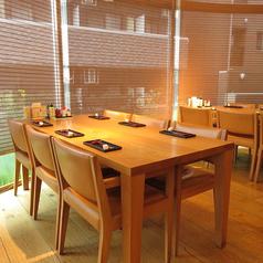 ご家族やご友人とのお食事に最適なテーブル席。木のぬくもりを感じられる落ち着いた店内は居心地も抜群です。