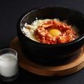 料理メニュー写真カルボナーラ風 石焼ビビンバ