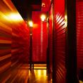深紅のシャッターで隠れ家的個室を演出