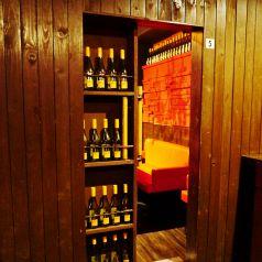 ワインを陳列した棚の裏に隠れ家個室を用意