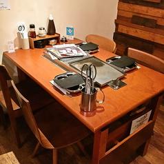 家族や友人と一緒にお食事するなら1名~4名様用のテーブル席がおすすめ。ベジテジや自慢のサムギョプサルを存分にお楽しみください♪【新潟 女子会 焼肉 個室 居酒屋 宴会 飲み放題 大人数 貸切 合コン デート】