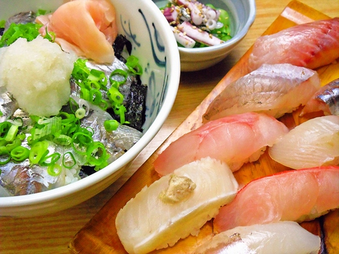 店主自ら、毎朝仕入れる伊東湾の新鮮地魚や、地元の良い物使った料理が味わえる。