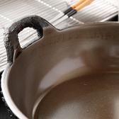 高温に熱した天ぷら油でも、具材を1つ入れるごとに2~3度もの温度が下がるとされています。油の温度をできるだけ一定に保ち、カラリとおいしく上げるための底の厚い鍋は、初代が考案したもの。油の温度低下を半分にまで抑えるとされています。