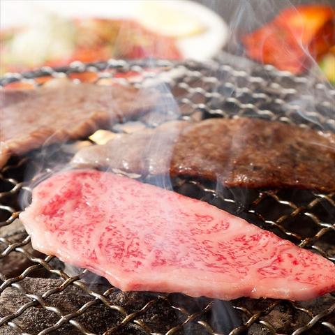 炭で焼いて頂くお肉はまさに絶品!!寛ぎの和モダン空間で過ごす一時は至福の一言です。