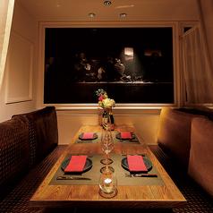 赤のカーテンと絵画が印象的な4名様用(最大6名様)のモダンクラシックなソファー個室は、2部屋ご用意しています!