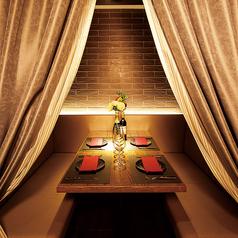 重厚感溢れるカーテンで仕切られた4名様用のベンチシート個室は2部屋ご用意しています!