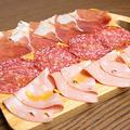 料理メニュー写真イタリア特産ハムの盛り合わせ