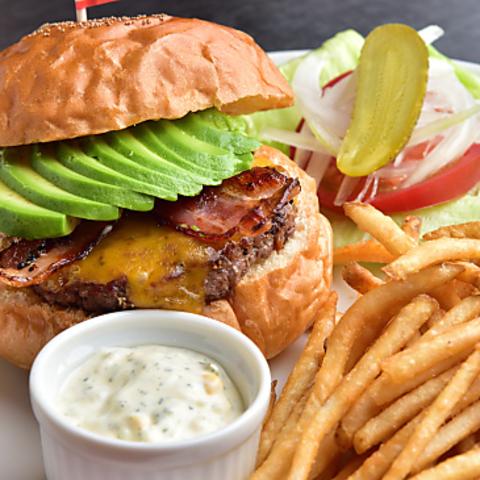素材から調理までこだわりの詰まったハンバーガーやポテトをぜひご堪能ください♪
