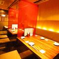 【弐の階:居酒屋テーブルBOX席】暖簾で仕切られたテーブル席は、【4名様】×3、【6名様】×1席のご用意です。最大22名様まで、顔を見合わせてお座り頂けるご宴会もご用意可能です!!