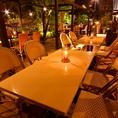 テラス席は最大20名まで。月明かりとキャンドルが特別な雰囲気を演出。