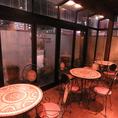 室内テラス席は白い壁とヤシの木、外壁を流れる蒼い滝、まるで海外のカフェのような雰囲気で非日常を味わって!
