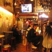 ■まるで映画のセットかのような異国の世界観■1Fはカウンターとテーブルのシンプルなつくりながら、所狭しと並んだポスターなど、さながら20世紀の外国映画の酒場の様。すぐ隣ではジョークの飛び交うような日本では味わえない憧れの陽気さを岡山で再現【貸切/女子会/誕生日/宴会/岡山駅/居酒屋/チーズダッカルビ/個室】